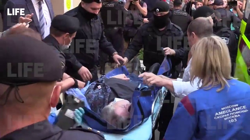 Михаила Ефремова вынесли на носилках из суда