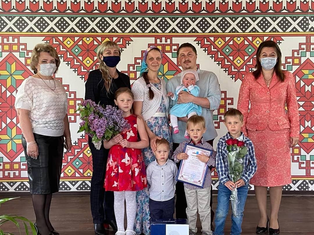 Семью Сергея и Альбины АЛПАТОВЫХ из села Оркино поздравили с занесением на Доску почёта лучших семей губернии