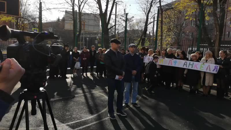 Родители во Владикавказе вышли в поддержку уволенного директора лицея Франкеля Магомедовича