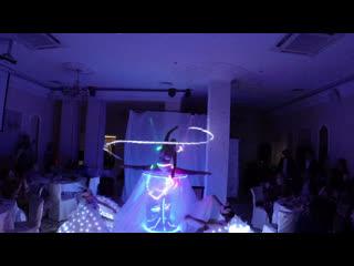 Девушка в бокале с балеринами и лазерными проекциями