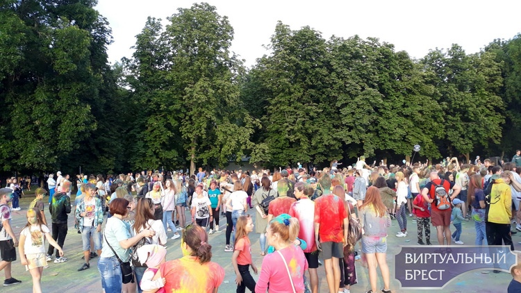 Фестиваль красок провели сегодня в Бресте. Поэтому на улицах столько разноцветных людей