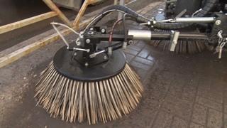 Дмитрию Осипову продемонстрировали новую технику для уборки тротуаров
