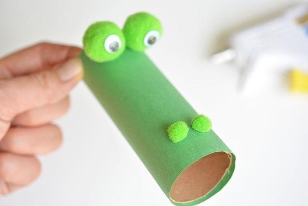 ПОДЕЛКА «ОГНЕДЫШАЩИЙ ДРАКОН» Из картонных рулончиков и цветной гофрированной бумаги можно сделать очень интересную поделку - огнедышащего дракона. Эту поделку дети могут использовать в своих