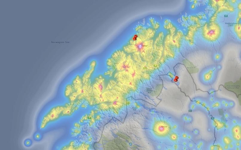 Световое загрязнение в районе северного побережья Норвегии. Красные кнопки обозначают места куда мы выезжали для наблюдения за полярным сиянием (неподалеку от верхней находится Тромсё). Взято с сайта lightpollutionmap», также можно использовать darksitefinder