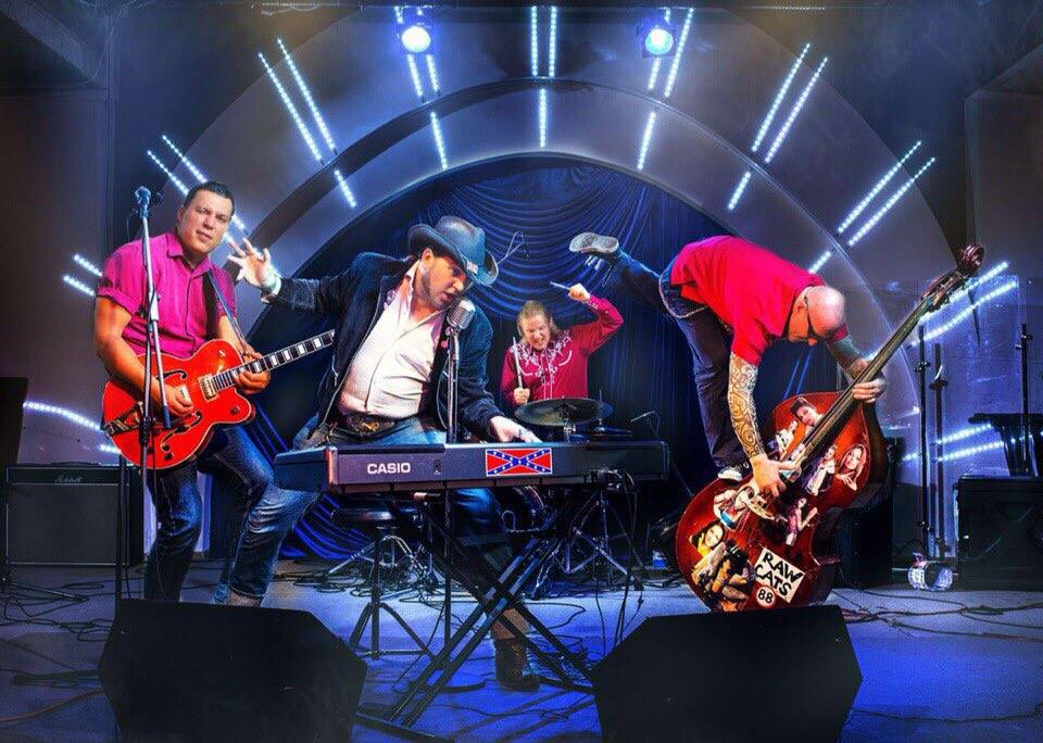 На изображении может находиться: 2 человека, люди на сцене, люди играют на музыкальных инструментах, концерт и в помещении