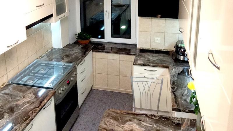 Дизайн маленькой кухни. Современная П образная кухня с окном