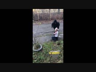 Мужчина избивает мать бывшей жены.