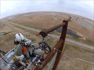 Впечатляющее мастерство пилота вертолета и стальные бубенцы его напарника.
