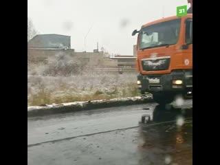 Челябинцы сняли на видео, как дорожники кладут асфальт в снегопад