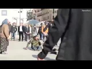 полицейский жестко остановил драку цыган в мадриде