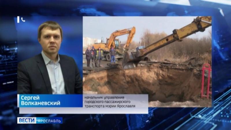 На Липовой горе в Ярославле машина провалилась в дыру в асфальте