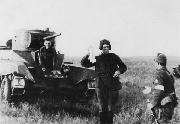 Самая известная халхингольская фотография с советскими пленными. Башенный стрелок 24-го батальона 11-й танковой бригады красноармеец Алексей Герасимов, и красноармеец 8-й мотоброневой бригады Александр Бурняшов, фотографируются выходящими из танка БТ-5 с белым флагом (платком) на встречу японскому офицеру. Фотография постановочная.