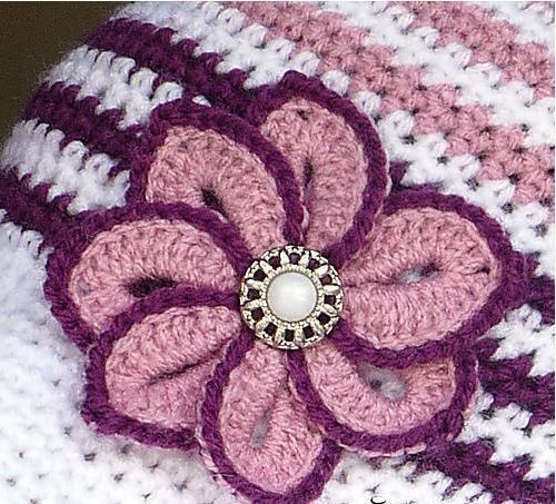 Вязаный крючком цветок с пуговицей