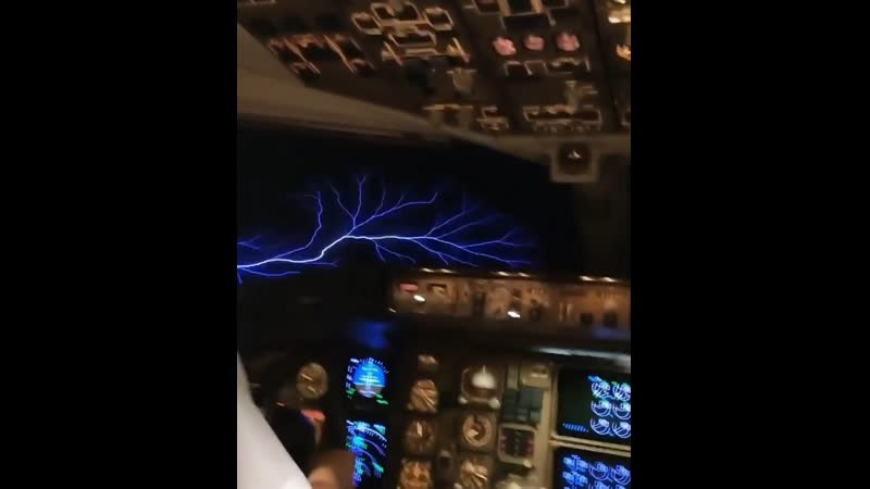 Российская стюардесса показала необычное явление в небе из кабины пилота