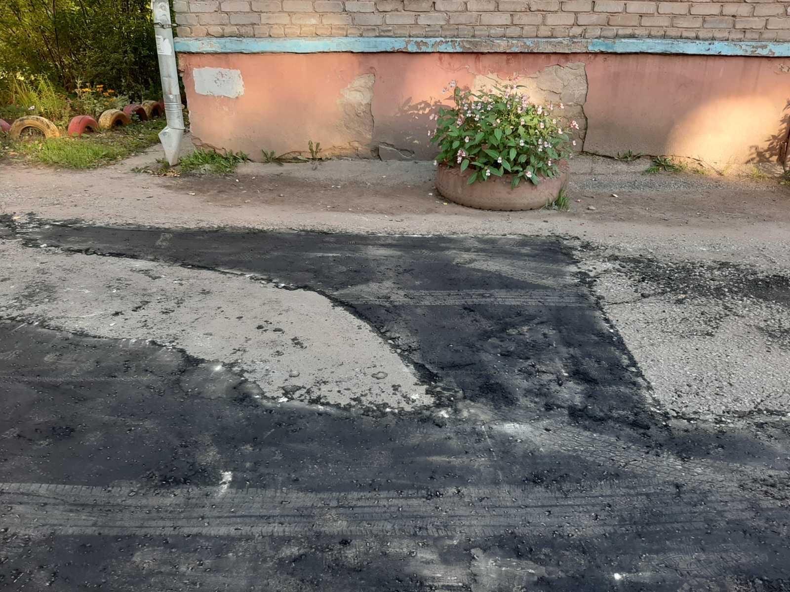Улица Широнинцев дом 9а. Частичный ремонт асфальтового