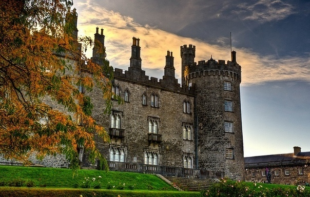 На вершине живописного холма возвышается замок Килкенни, одна из самых красивых достопримечательностей Ирландии