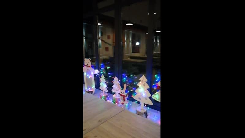 Новогоднее украшение на окнах кафе Поляны