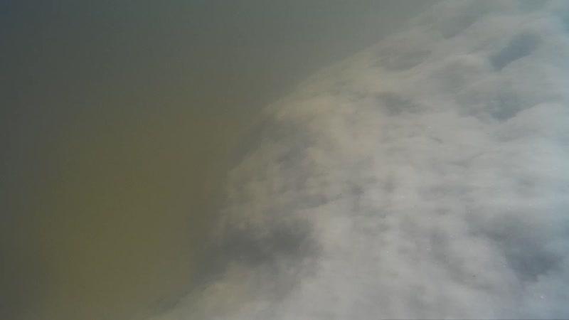 Дно на озере Баскунчак всё покрыто толстой коркой соли