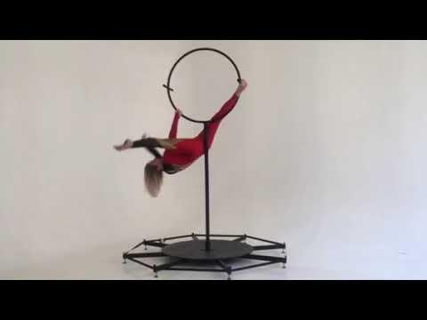 гимнастка на партерном кольце цирка Kresiva минск
