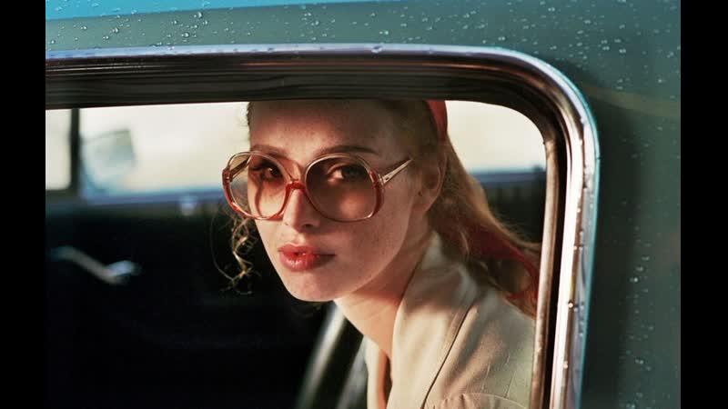 Дама в очках и с ружьем в автомобиле 2015