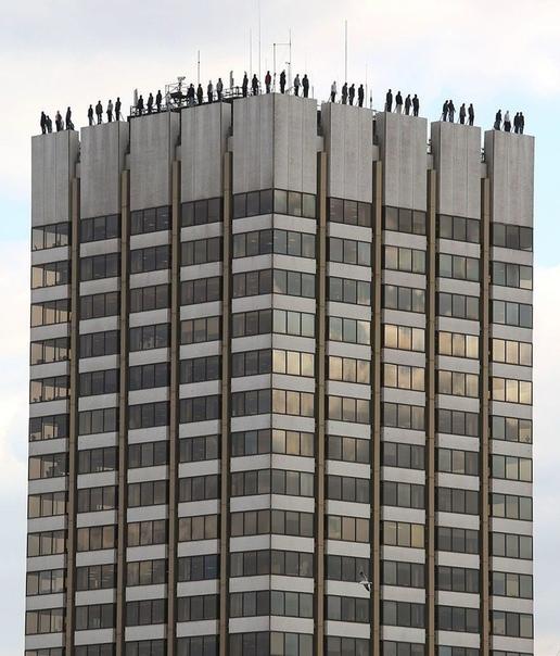 На крыше лондонского здания поставлены 84 фигуры самоубийц