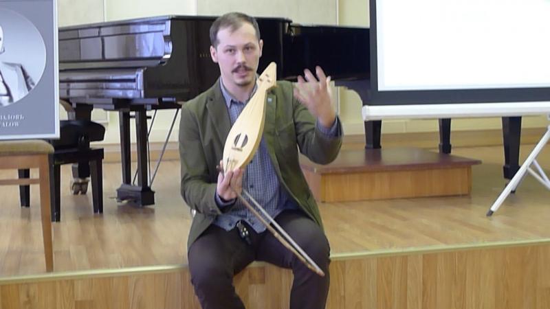 Антон Каменский играет на реконструированном новгородском гудке