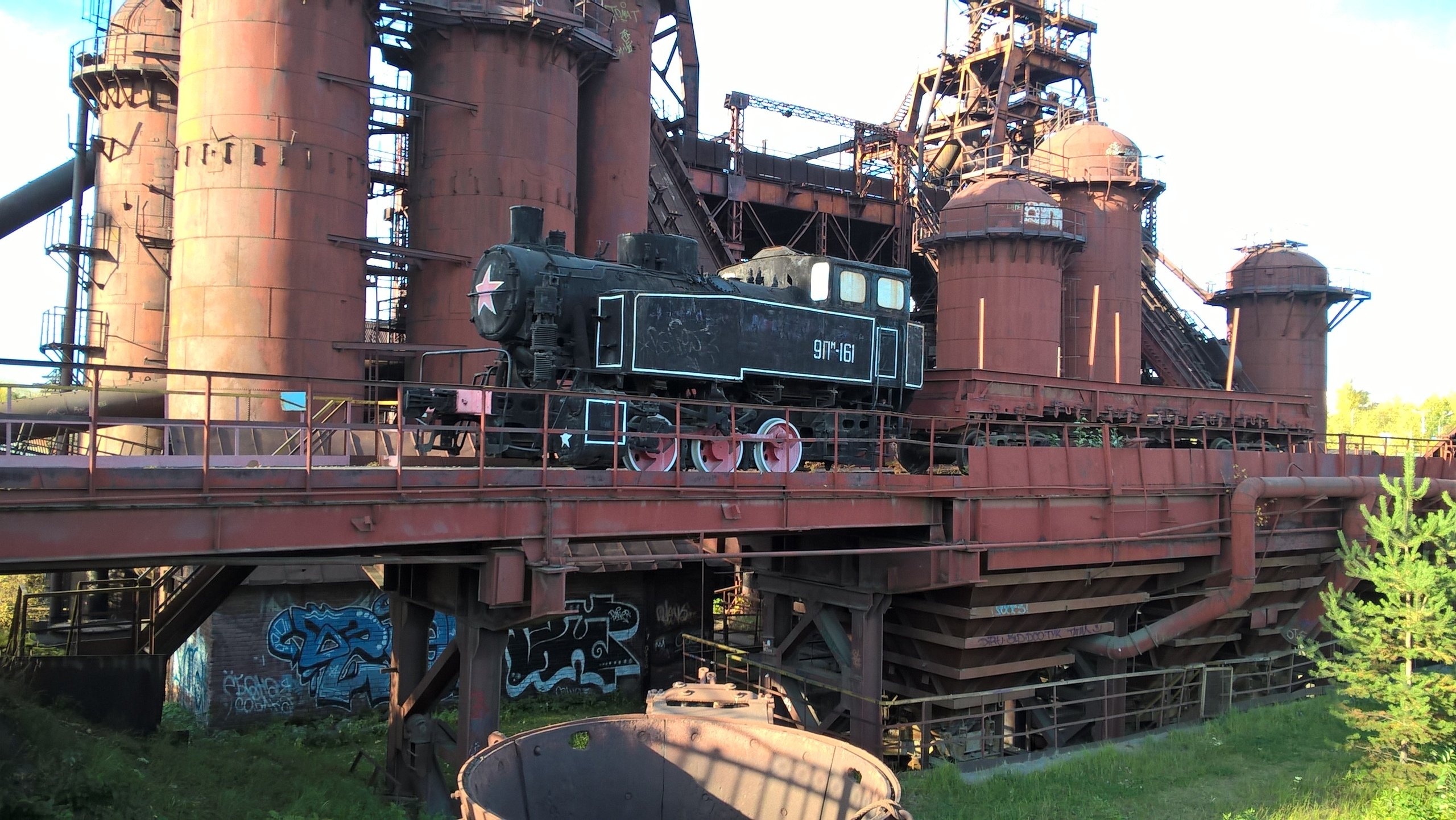 Вид на музей-завод Нижнего Тагила из-за забора.
