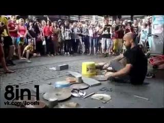Уличный барабанщик Дарио Росси играет техно на самодельных ударных в Берлине на площади Александерплац / Dario Rossi @ Alexanderplatz Berlin