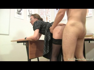Русскую зрелую училку ученик трахает после уроков. Школьник выебал свою учительницу. Порно в школе [Порно и Секс 18+]