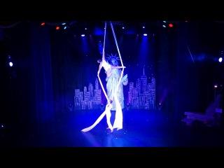 "Roncalli's Apollo Variete: Christmas In New York - Duet Skies ""Aerial Silk"""