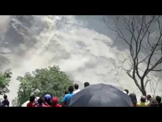 Footage of thousands being evacuated after landslide in Nepal