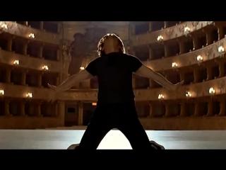 Михаил Барышников танцует под песню Владимира Высоцкого.