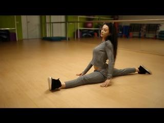 Кристина Михеева (Россия) - красивая фитнес-модель позирует перед зеркалом, и садится на шпагат, как гимнастка. Рекомендую!