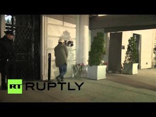 США: Нью-Йорка возложил цветы вне Французского Консульства в память о жертвах нападения Париж.