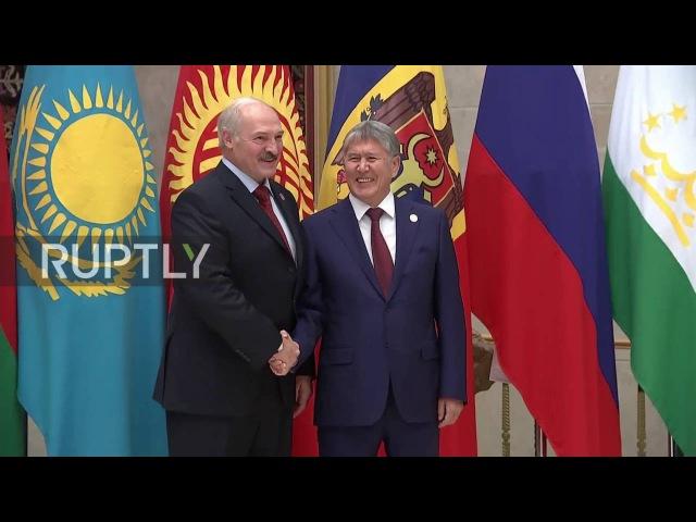 Кыргызстан Президент Атамбаев приветствует лидеров СНГ в Бишкеке.