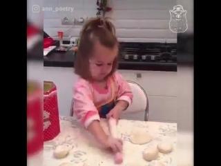 маленькая девочка-кулинар