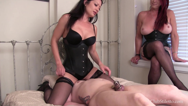 две госпожи дрочат рабу