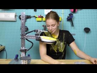 Девушка cделала робота, который подает суп, но что-то пошло не так