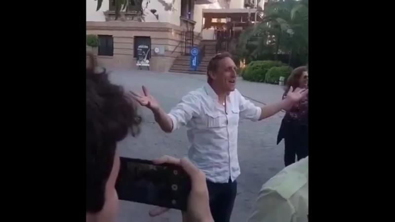 Vladimír Furdík Rei da Noite ontem se divertindo com os fãs na porta do hotel Afonso XIII em Sevilha, Espanha! GameofThrones
