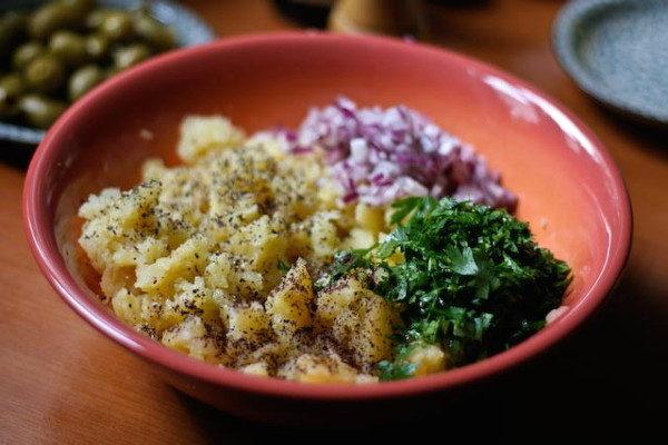 Картофельный салат с оливками, изображение №3