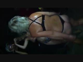 Танцует голая в ночном клубе тв шоу эротический
