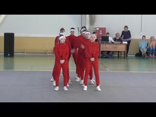 Red car / dance studio vis-a-vis