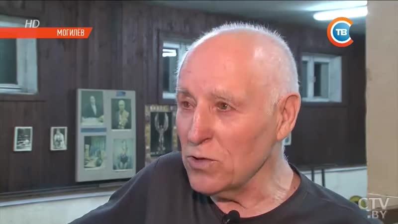 Дед атлет 80 летний физрук подтягивается и отжимается не хуже молодых mp4