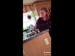 Женщина разговаривает с коллектором - на заметку) -