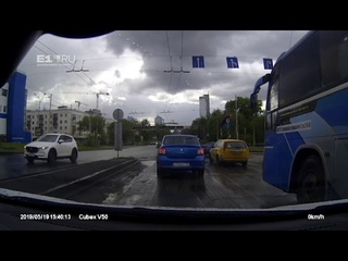 Как BMW повис на крыше другой машины в Екатеринбурге