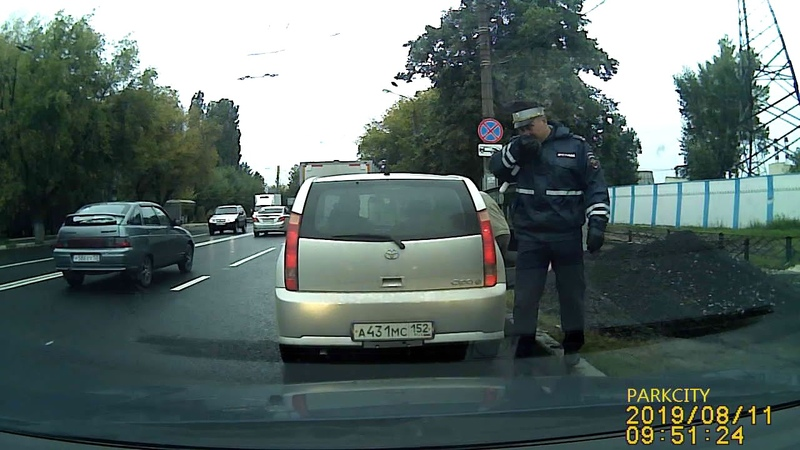 Инспектор ГИБДД просит дунуть :-))