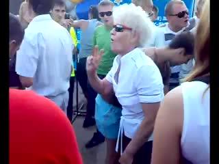 Бабуля нереально пляшет
