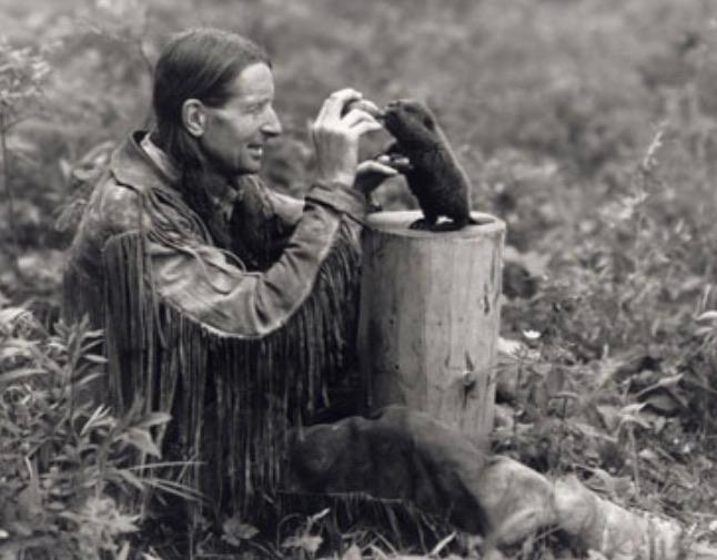 Канадский писатель Серая Сова кормит маленького воспитанника, 1930-е.