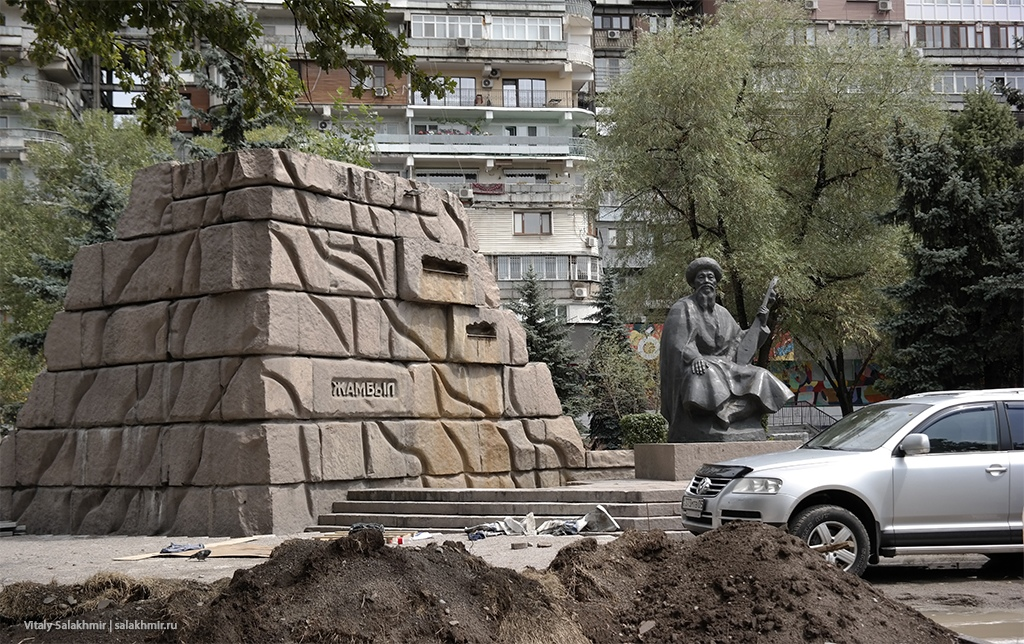 Памятник Жамбылу в Алматы, Казахстан 2019