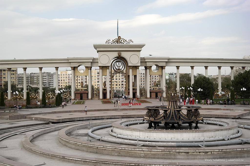 Фонтан в Парке Первого Президента, Алматы 2019
